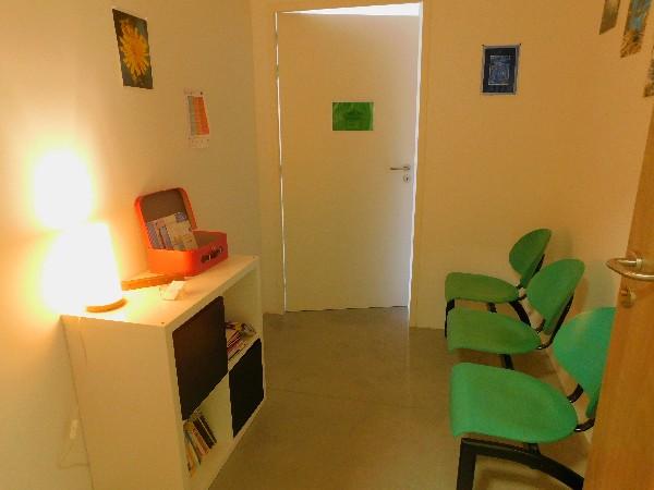 La salle d'attente attenante au cabinet, plein de lecture, des flyers, des articles ...
